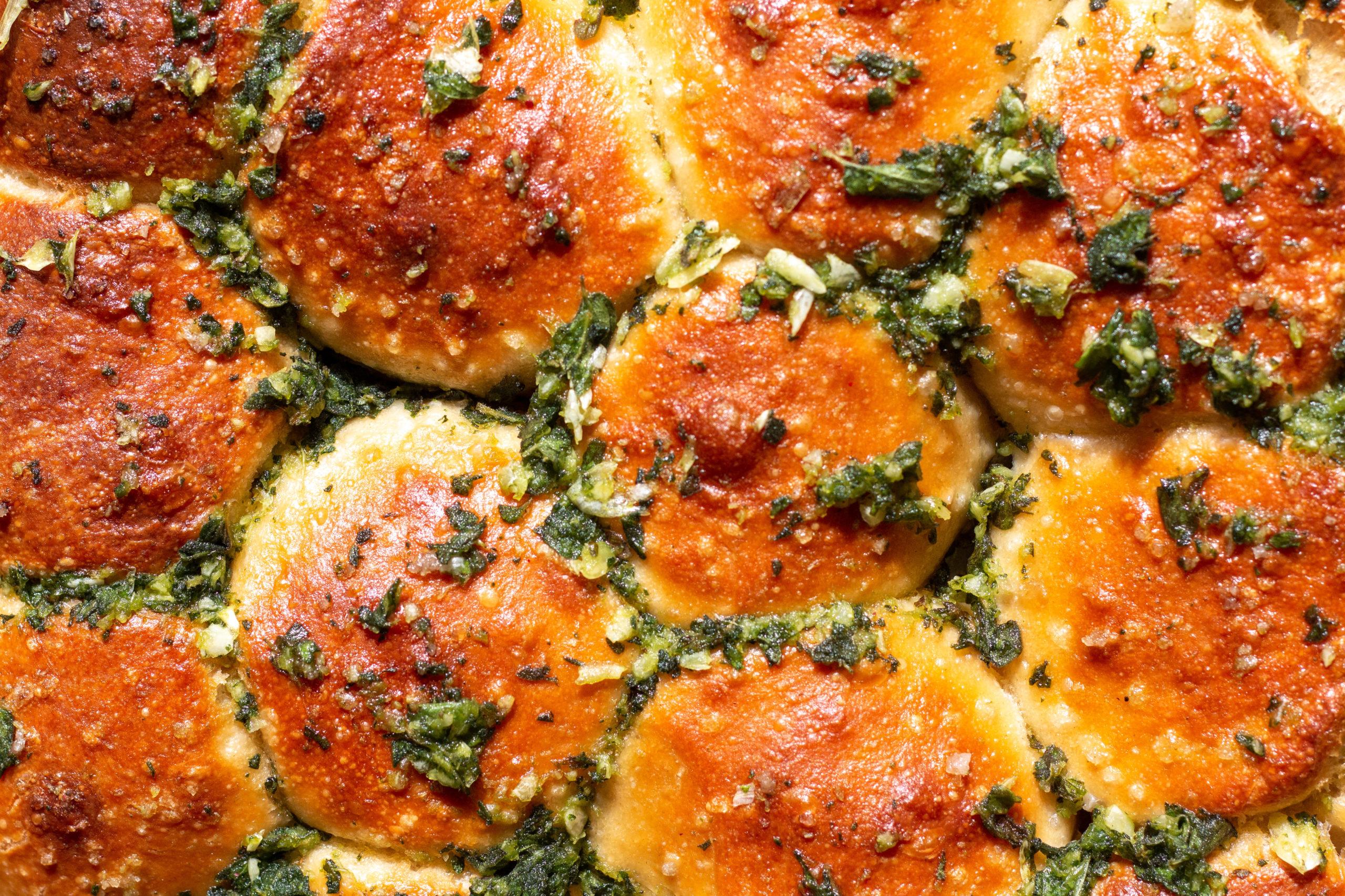 لفائف الخبز بزيت الزيتون والزعتر