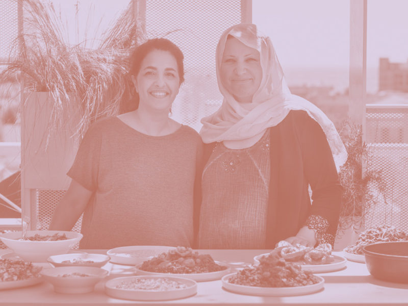 Syrian cooks Safaa Ibrahim and SIgi Mantel together in a kitchen