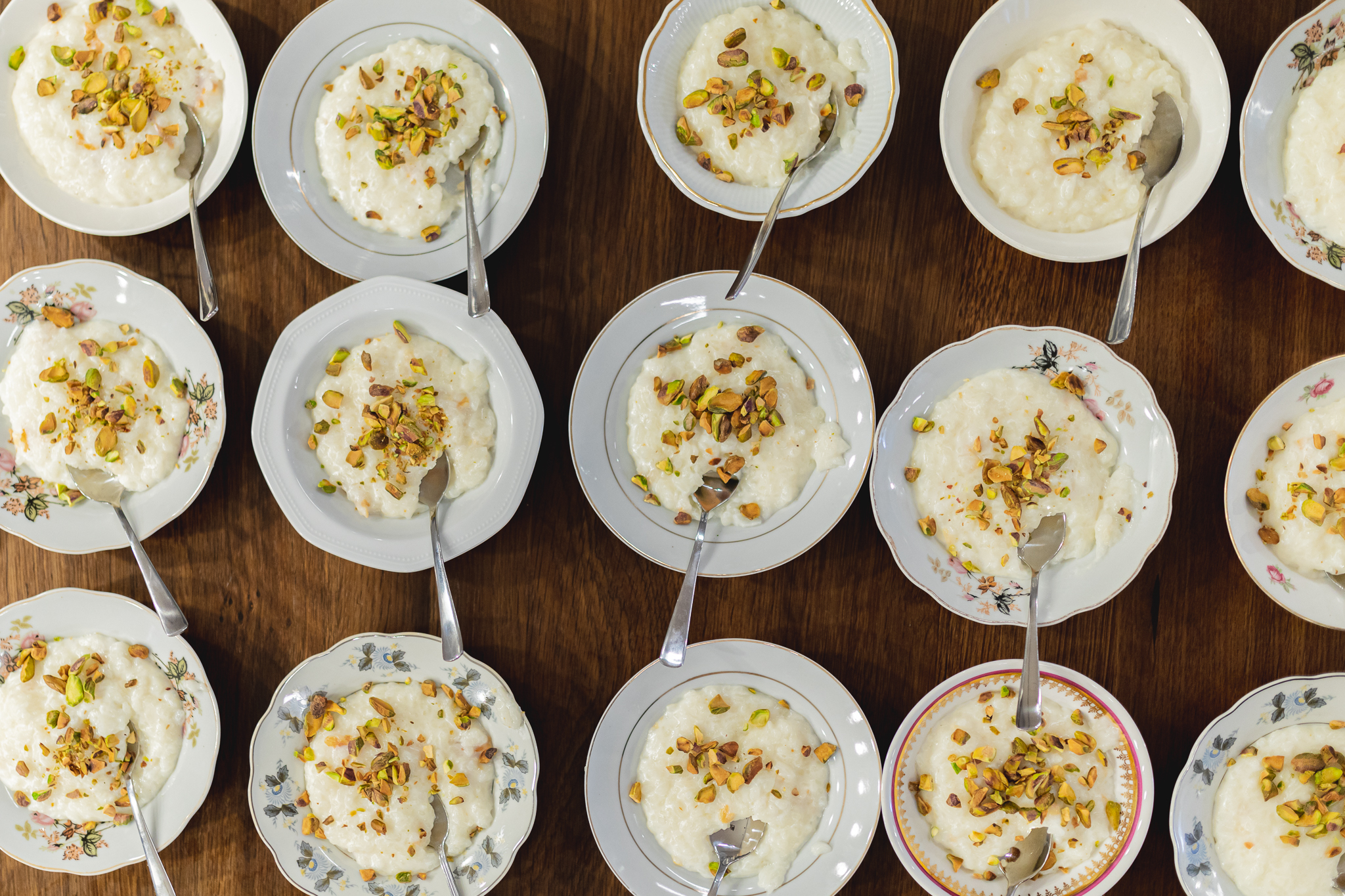 صحون شخصيه تحوي ارز بحليب وعليها فستق حلبي